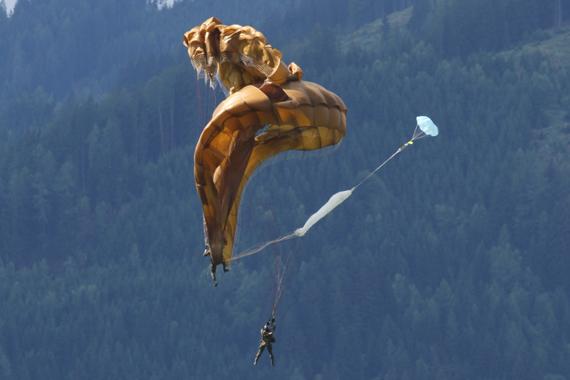 Die verhedderten Schirme der beiden Springer - Foto: R. Reiner / Austrian Wings