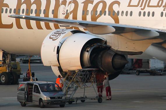 Das beschädigte linke Triebwerk der Emirates Boeing 777 - Foto: R. Reiner / Austrian Wings
