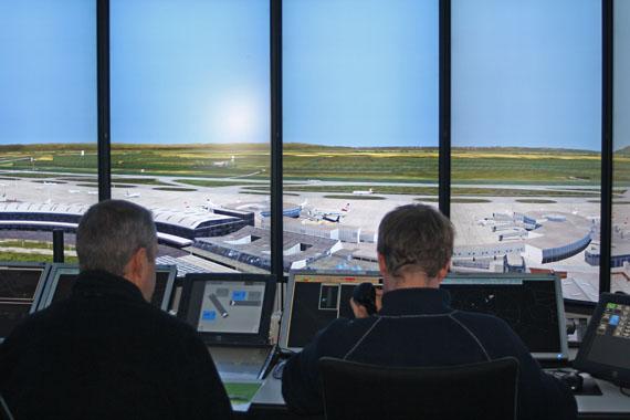 Fluglotsen im Tower-Simulator - Foto: G. Aigner / Austrian Wings