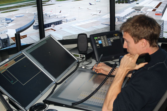 Fluglotse im Tower-Simulator - Foto: Austrian Wings Media Crew